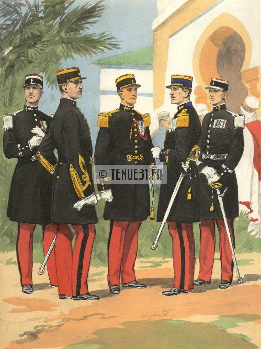 Officier de Zouaves parmi d'autres officiers des troupes d'Afrique.