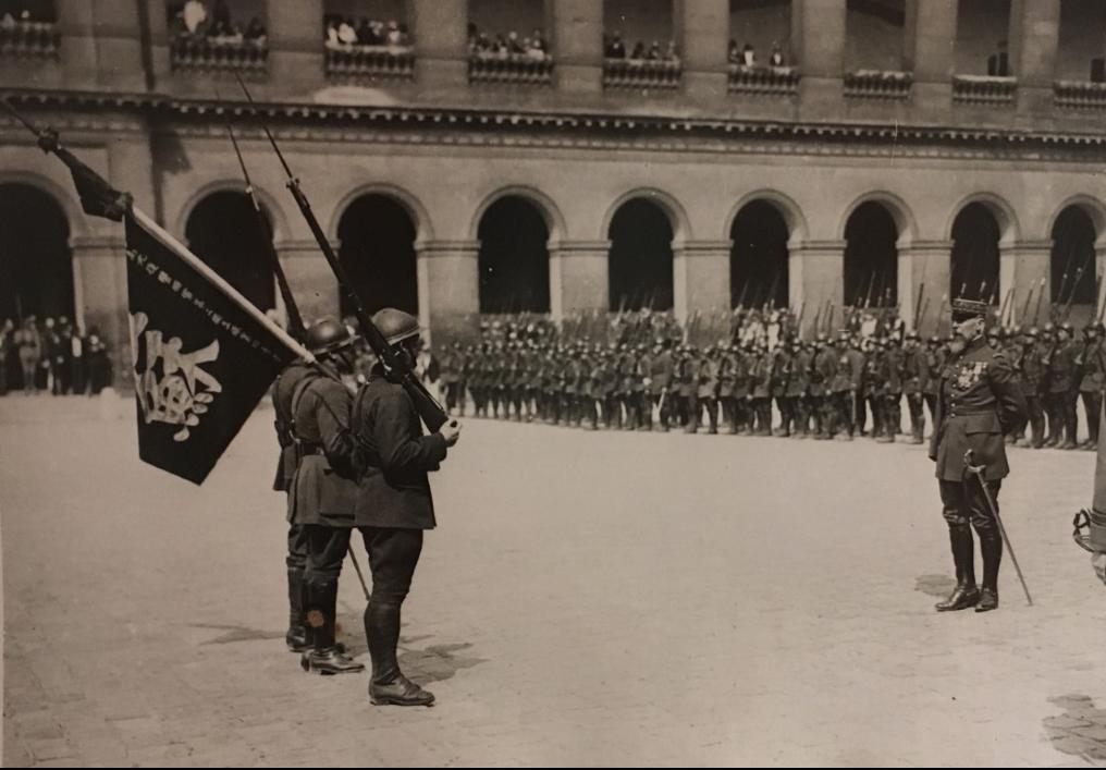 Remise drapeau aux Invalides pris par le Lieutenant d'infanterie coloniale Graille